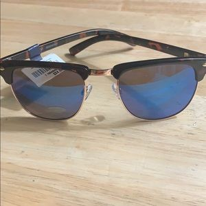 UNISEX sunglasses perfect for summer.  NWT